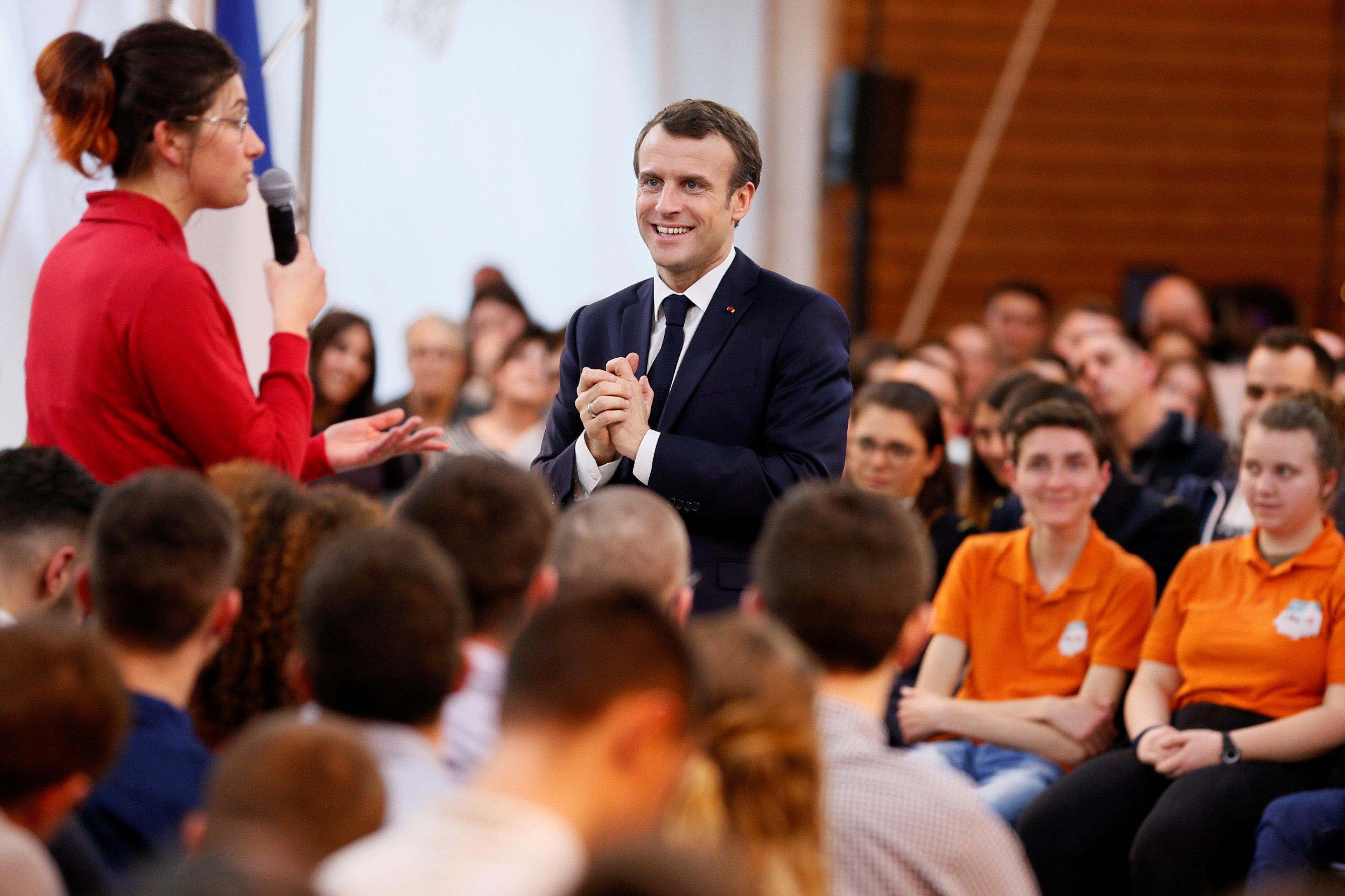 شابه فرنسية تتحدث إلى الرئيس
