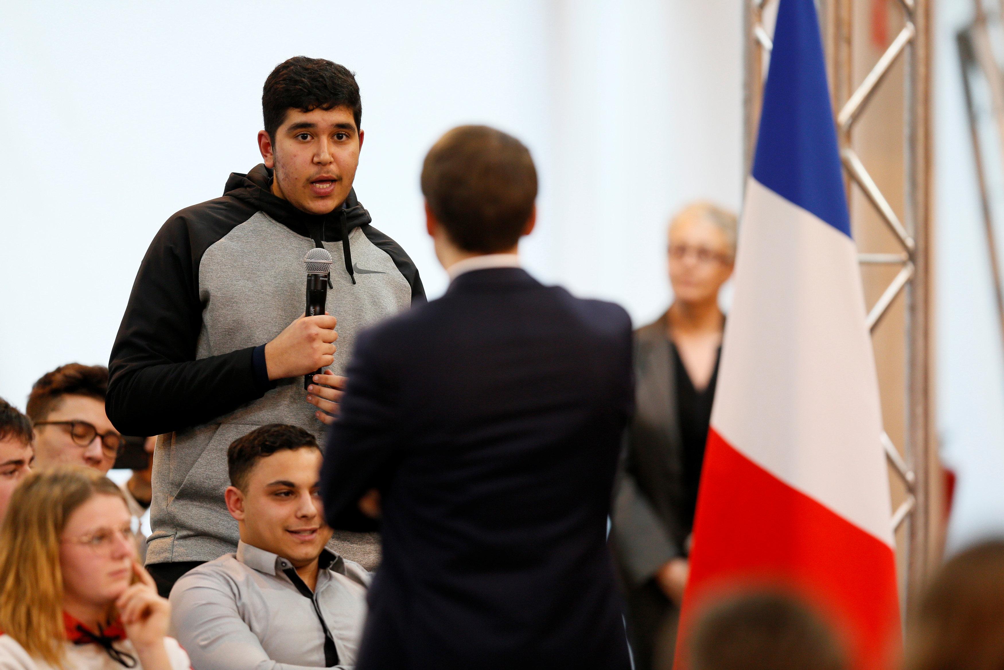 شاب يلقى سؤالا للرئيس الفرنسى