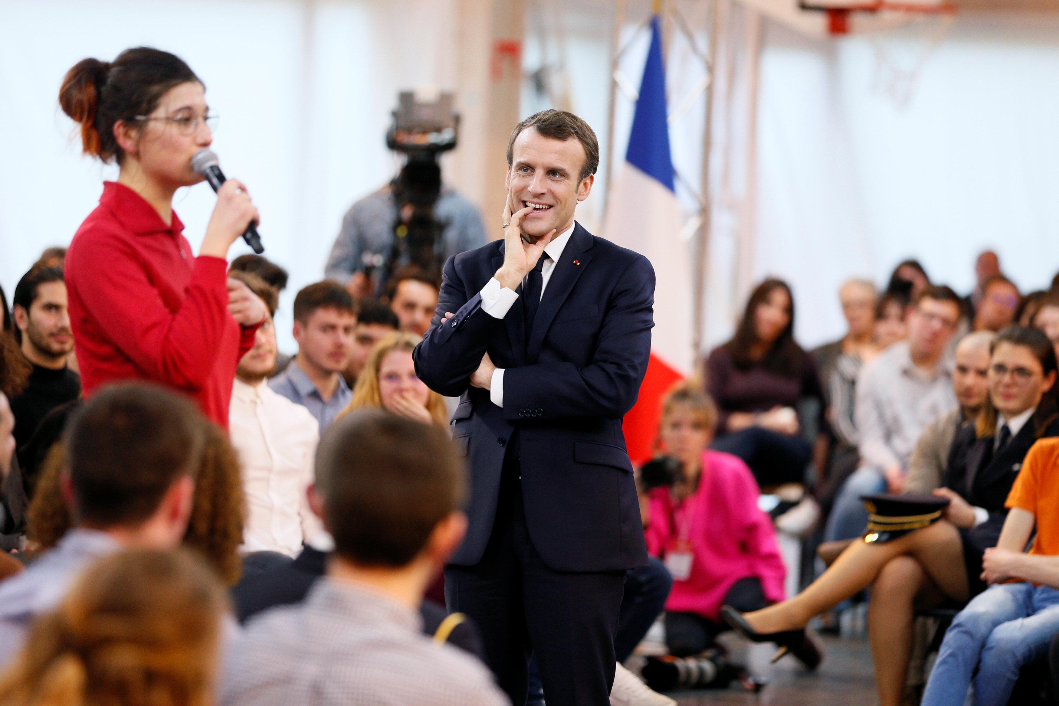 ماكرون يستمع باهتمام لحديث الشابه الفرنسية