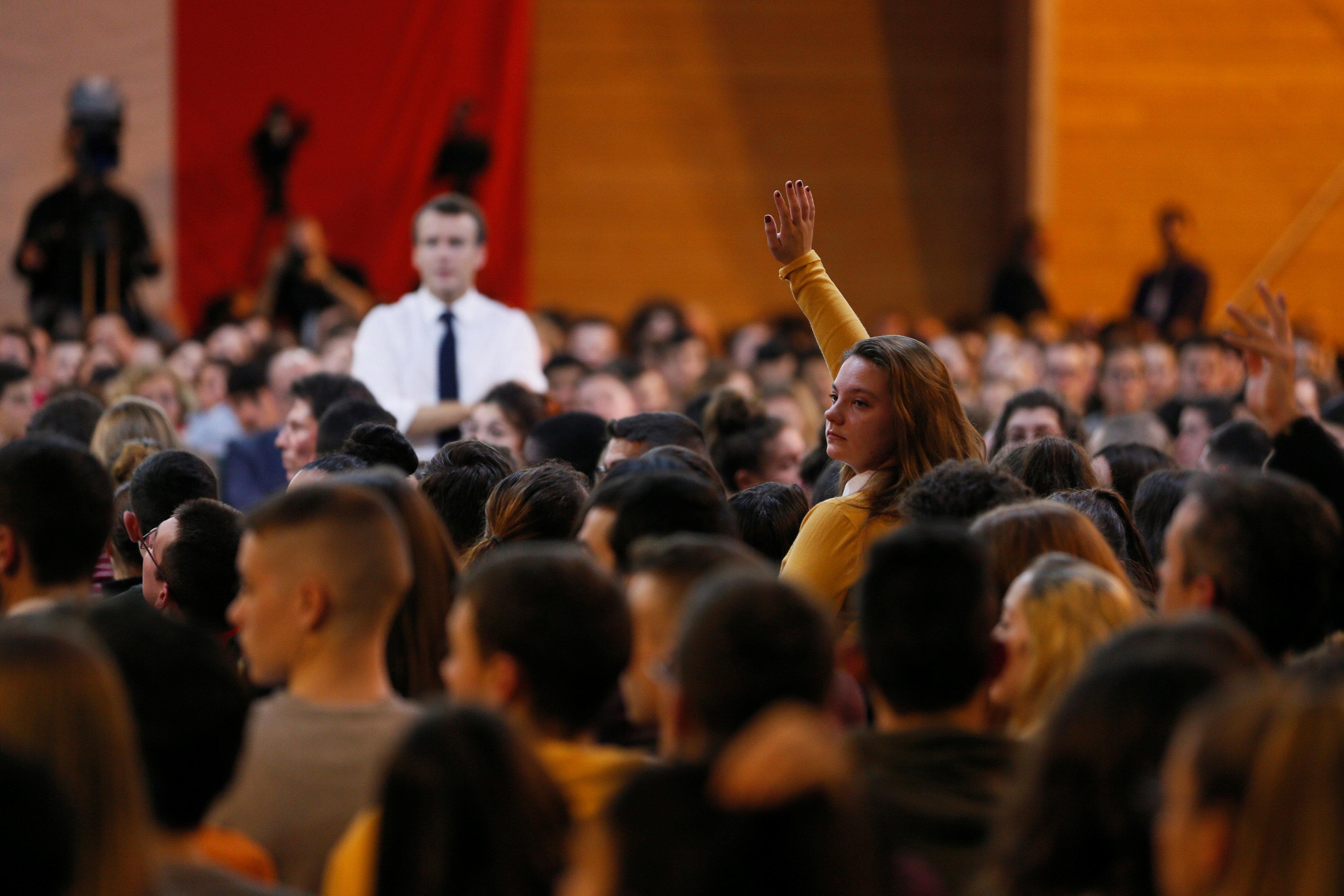 فتاة ترفع يدها طلبا للحديث