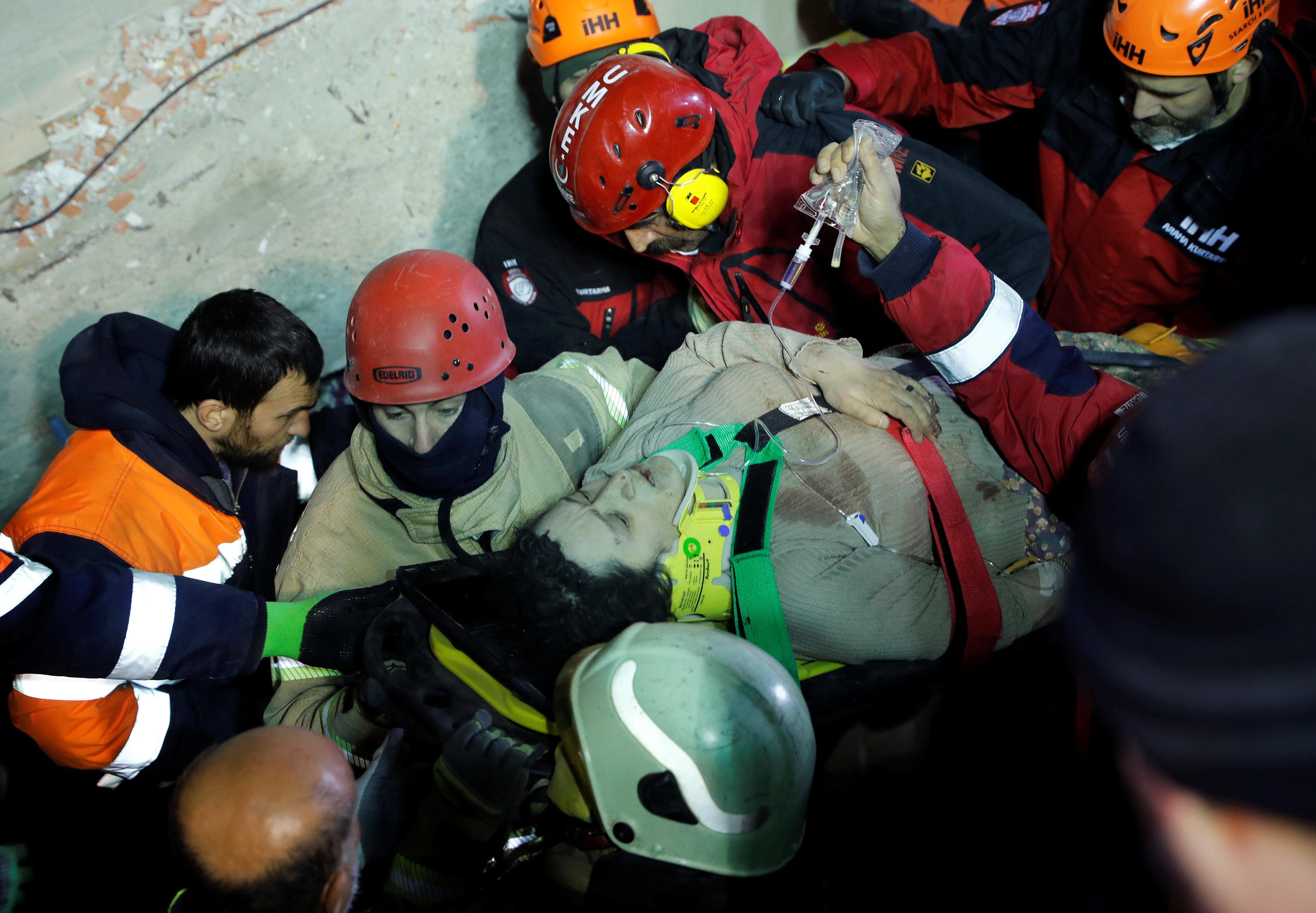 انهيار مبنى سكنى باسطنبول التركية (12)