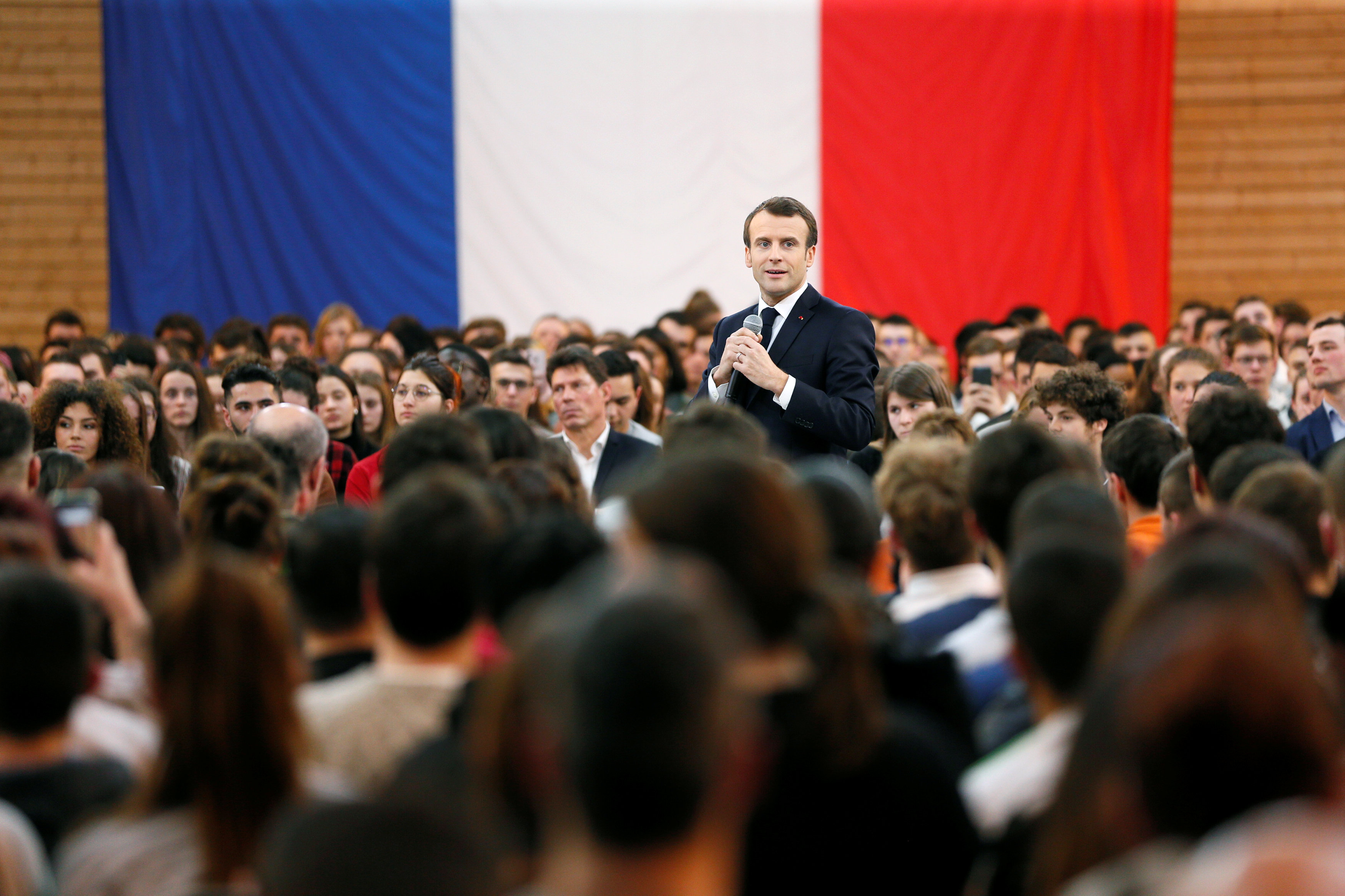 الرئيس الفرنسى يتوسط الحضور ويخاطبهم