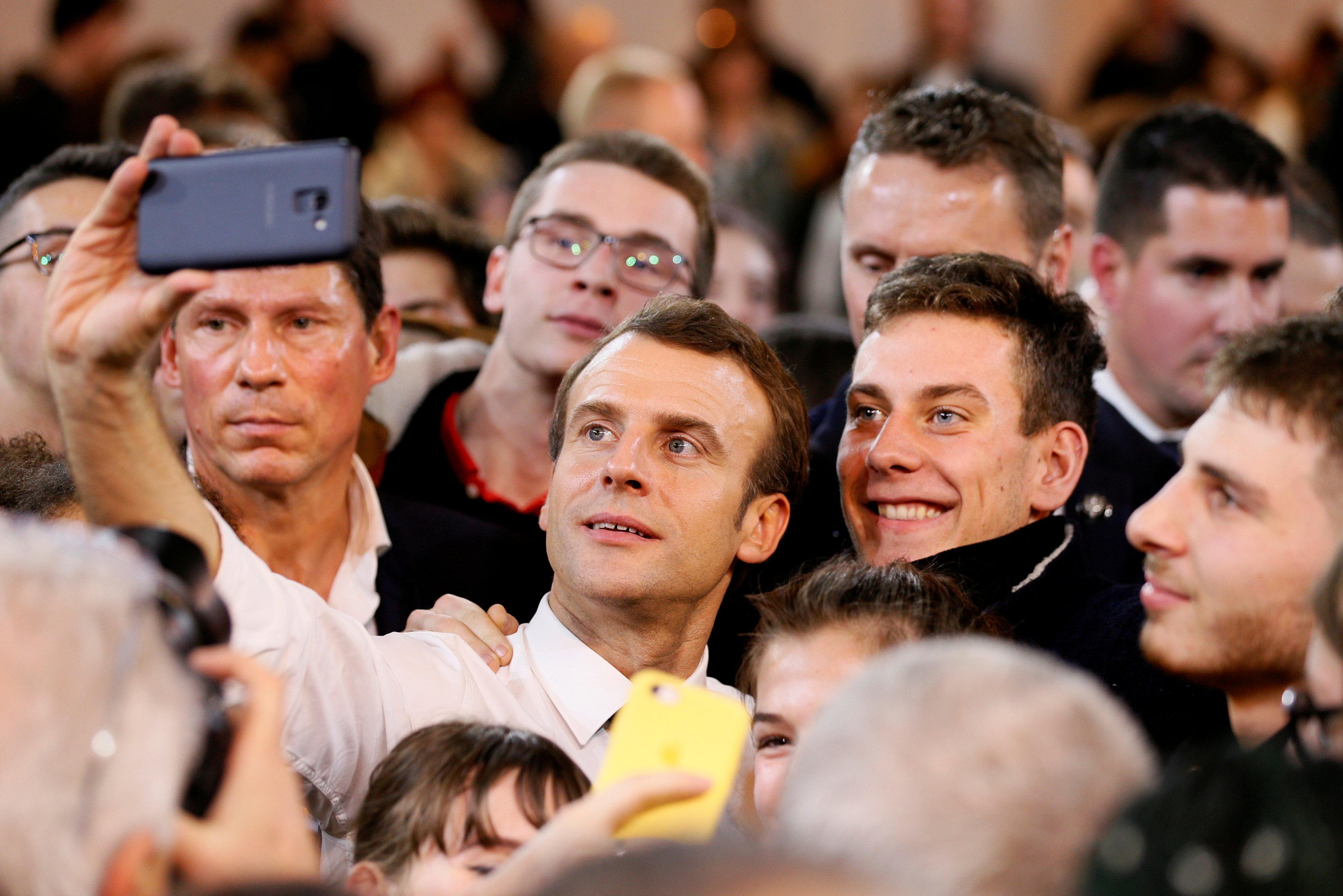 سيلفى للرئيس الفرنسى مع الشباب