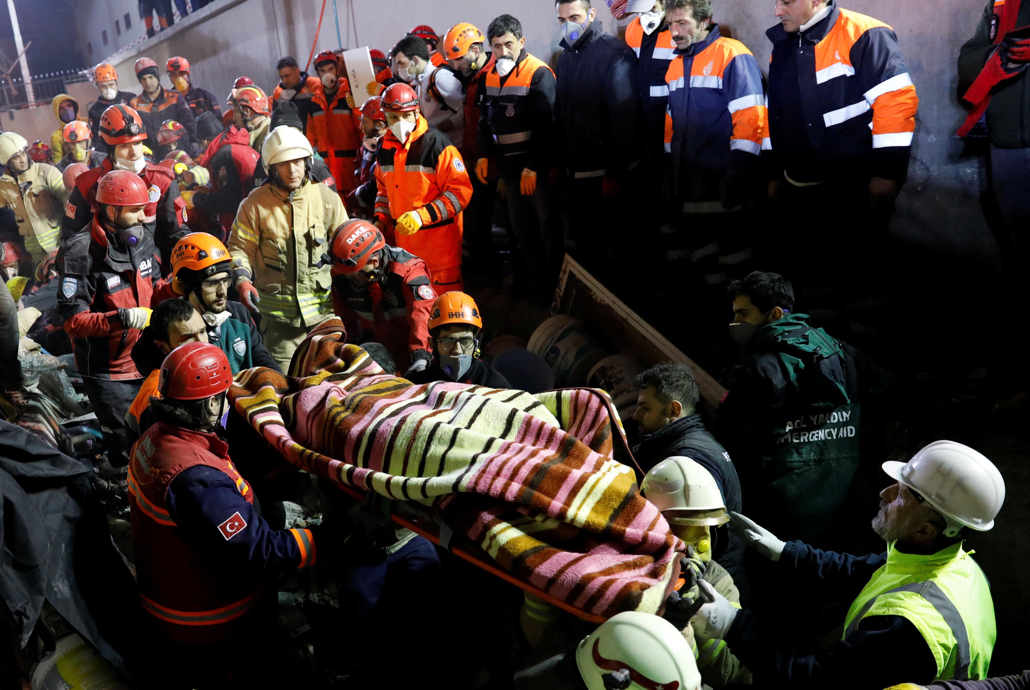 انهيار مبنى سكنى باسطنبول التركية (7)