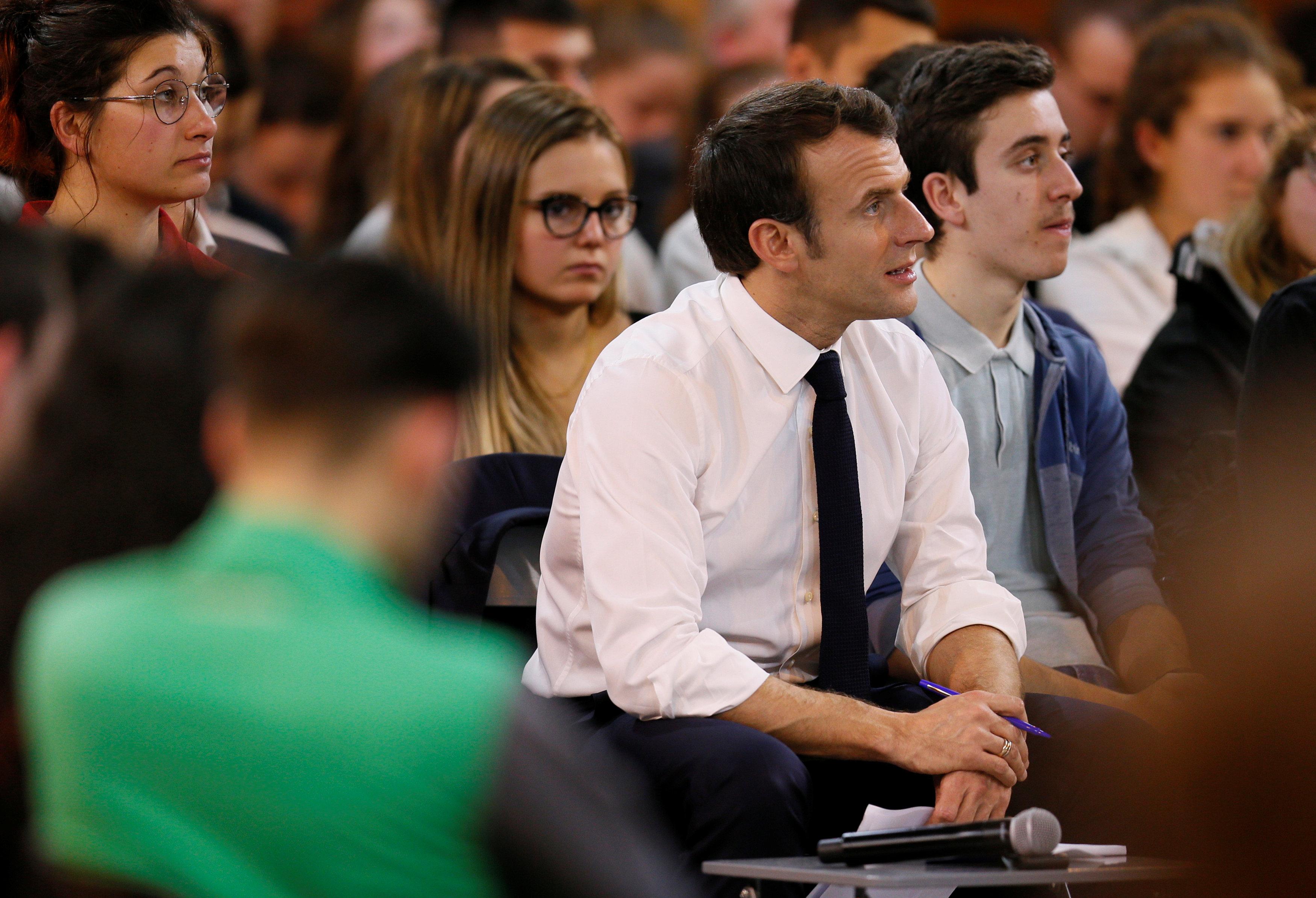 الرئيس الفرنسى يستمع باهتمام للشباب