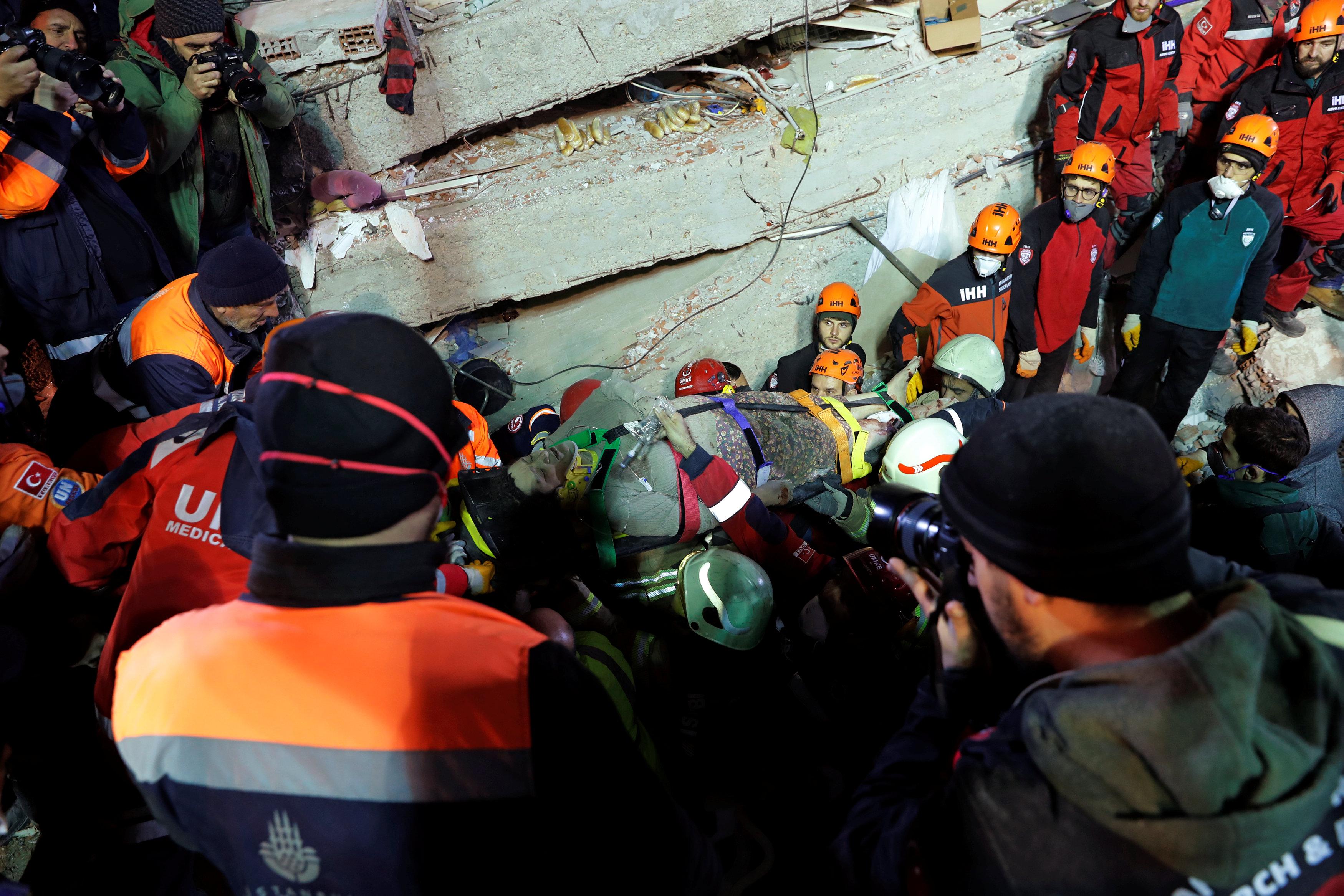 انهيار مبنى سكنى باسطنبول التركية (14)