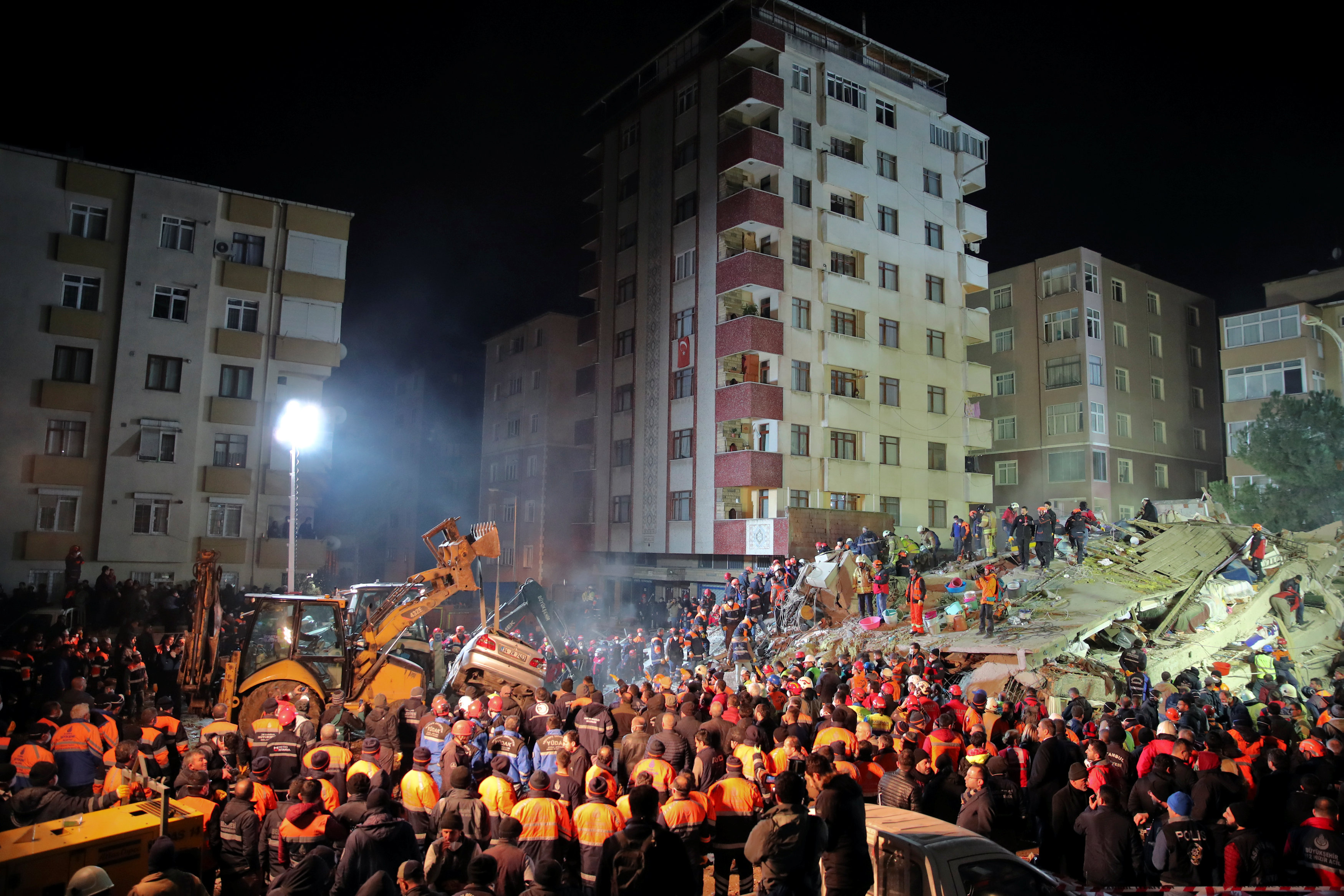 انهيار مبنى سكنى باسطنبول التركية (3)
