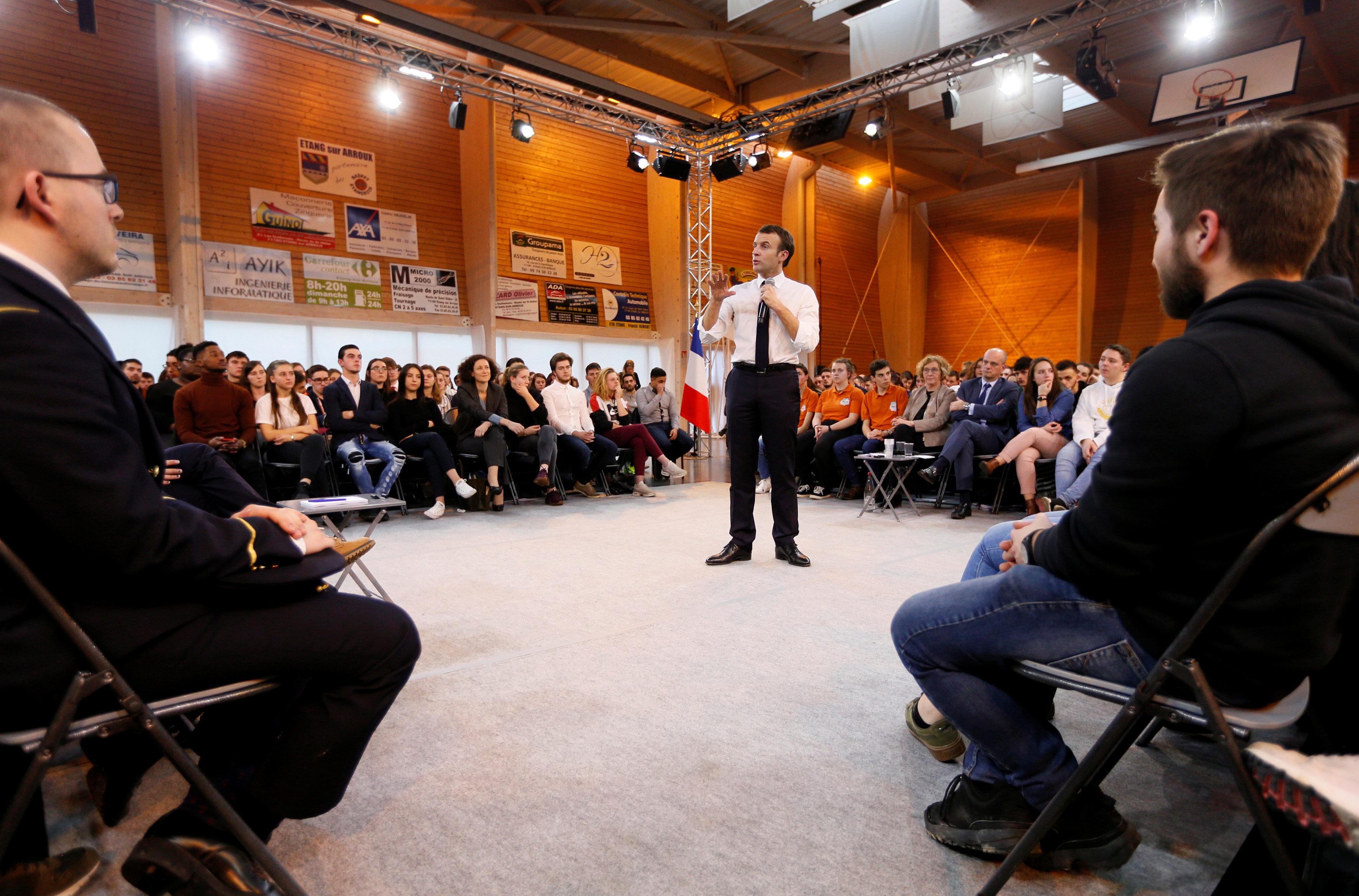 الرئيس الفرنسى يتوسط الساحة متحدثا للشباب