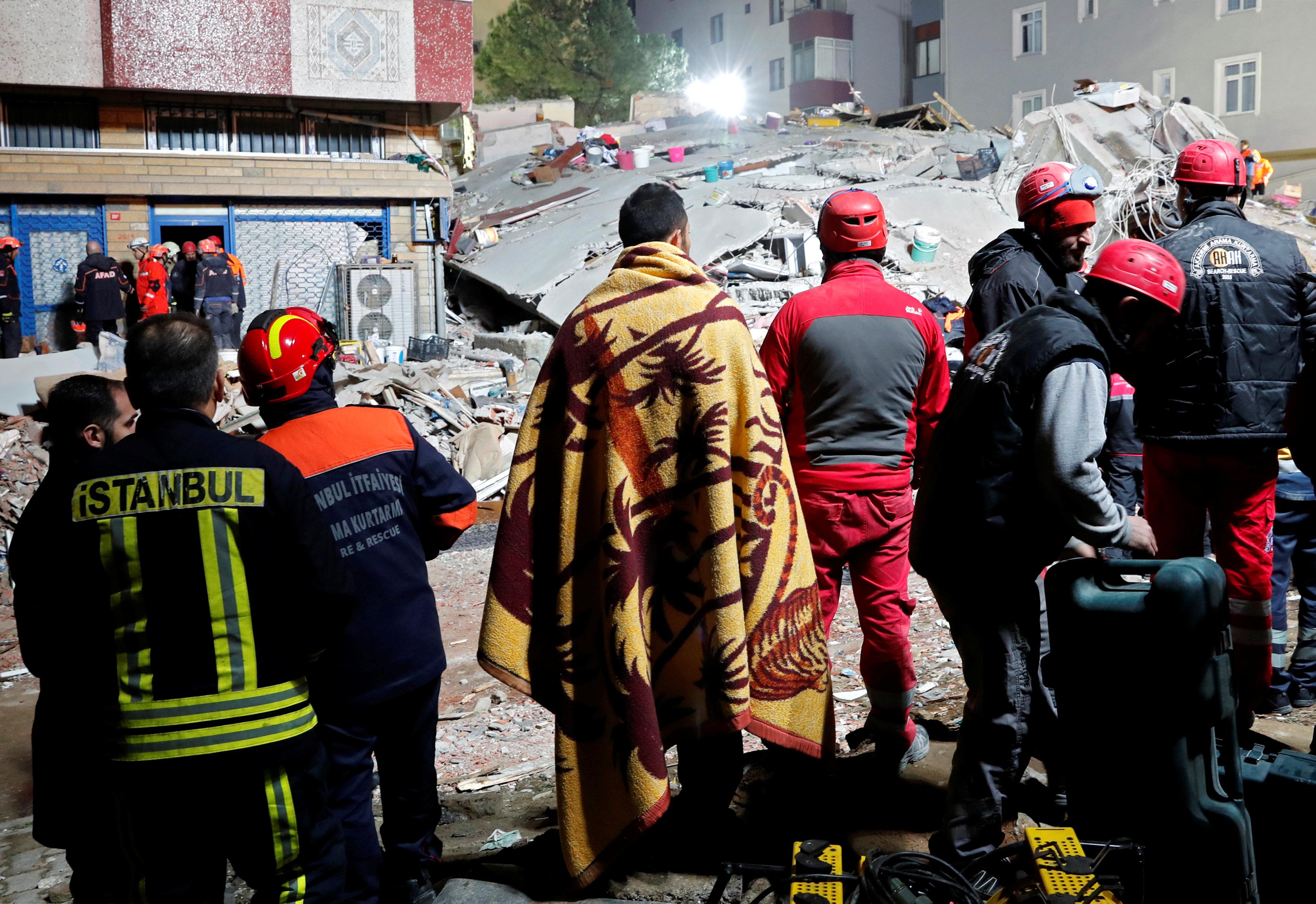 انهيار مبنى سكنى باسطنبول التركية (8)