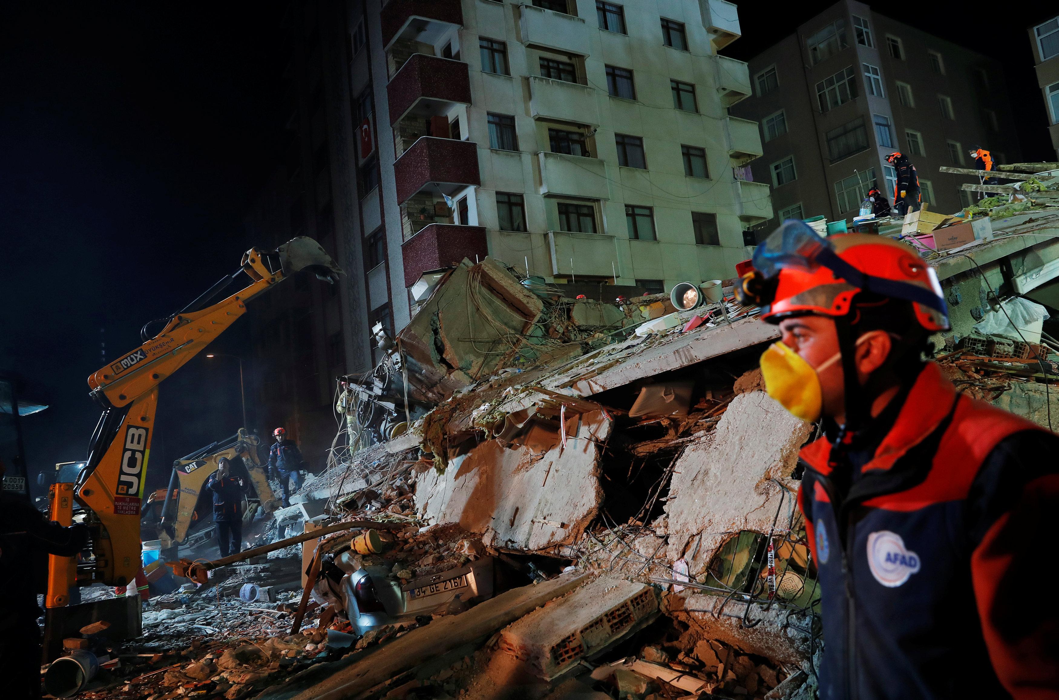انهيار مبنى سكنى باسطنبول التركية (16)