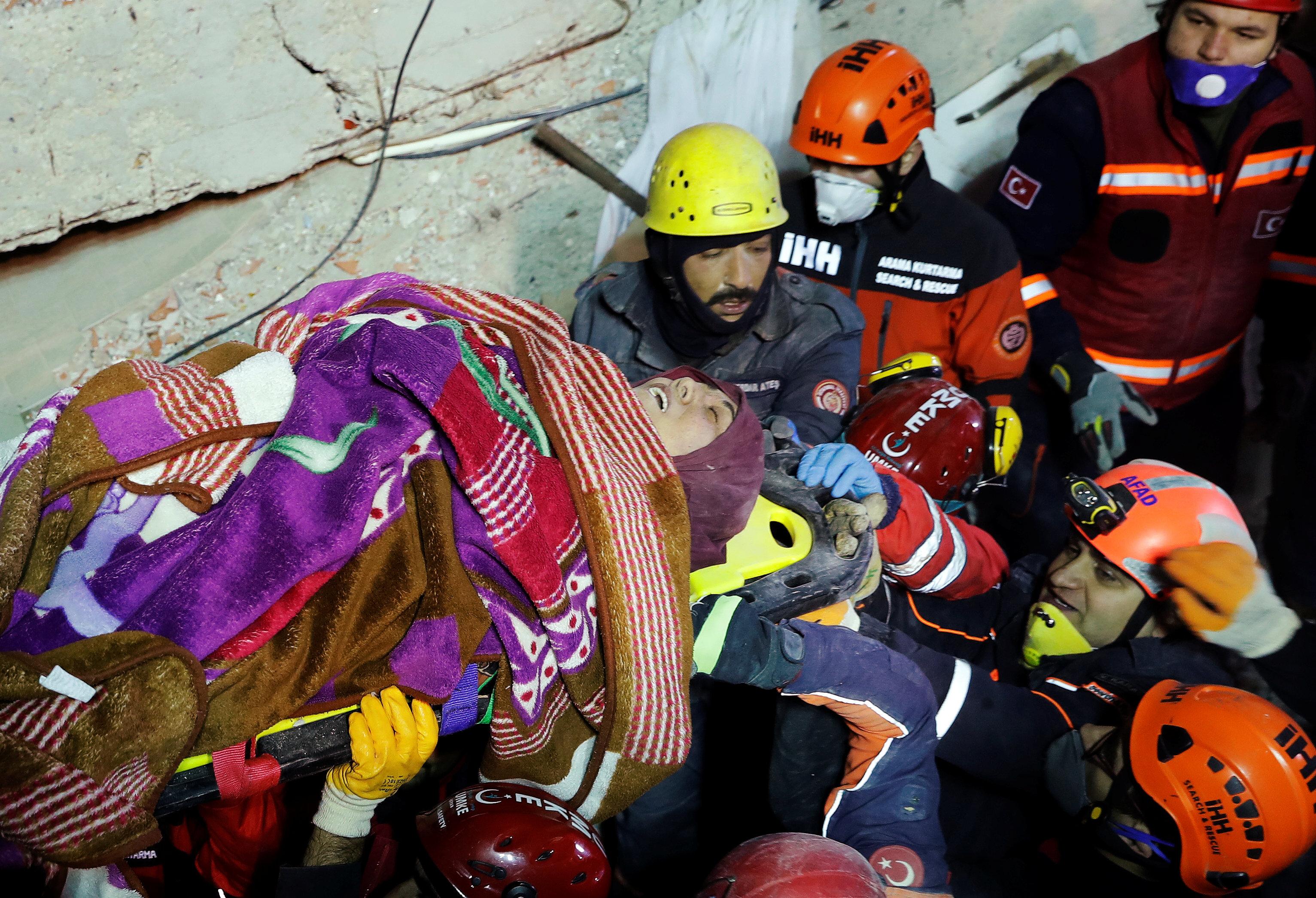 انهيار مبنى سكنى باسطنبول التركية (15)