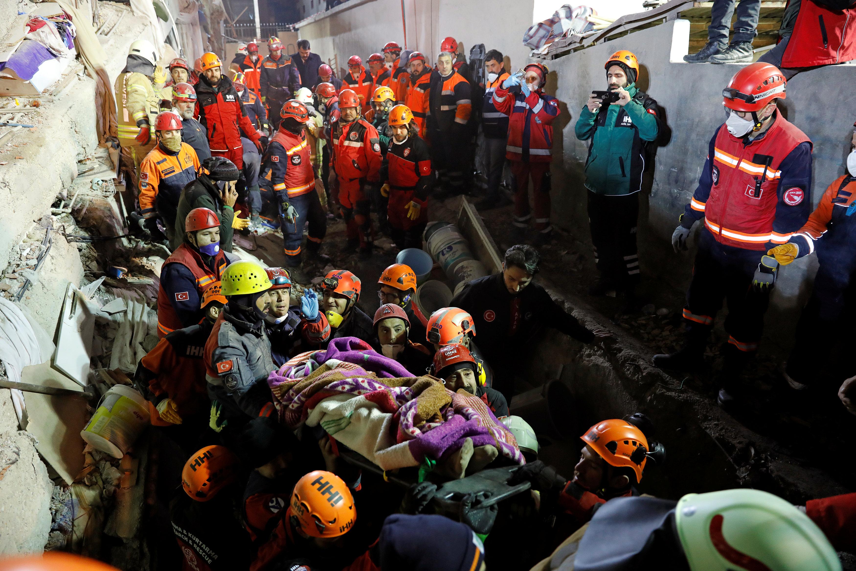 انهيار مبنى سكنى باسطنبول التركية (13)