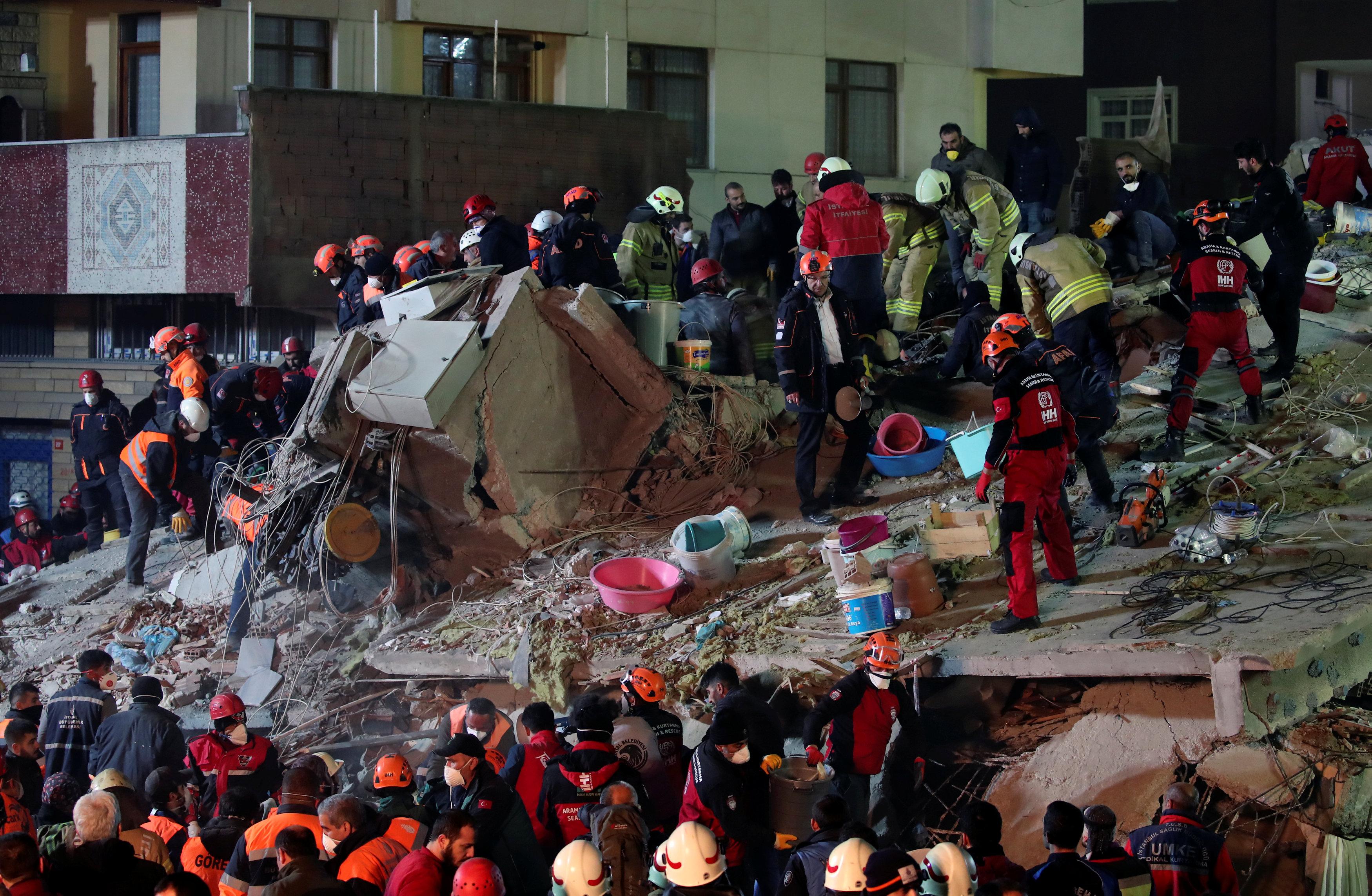 انهيار مبنى سكنى باسطنبول التركية (4)