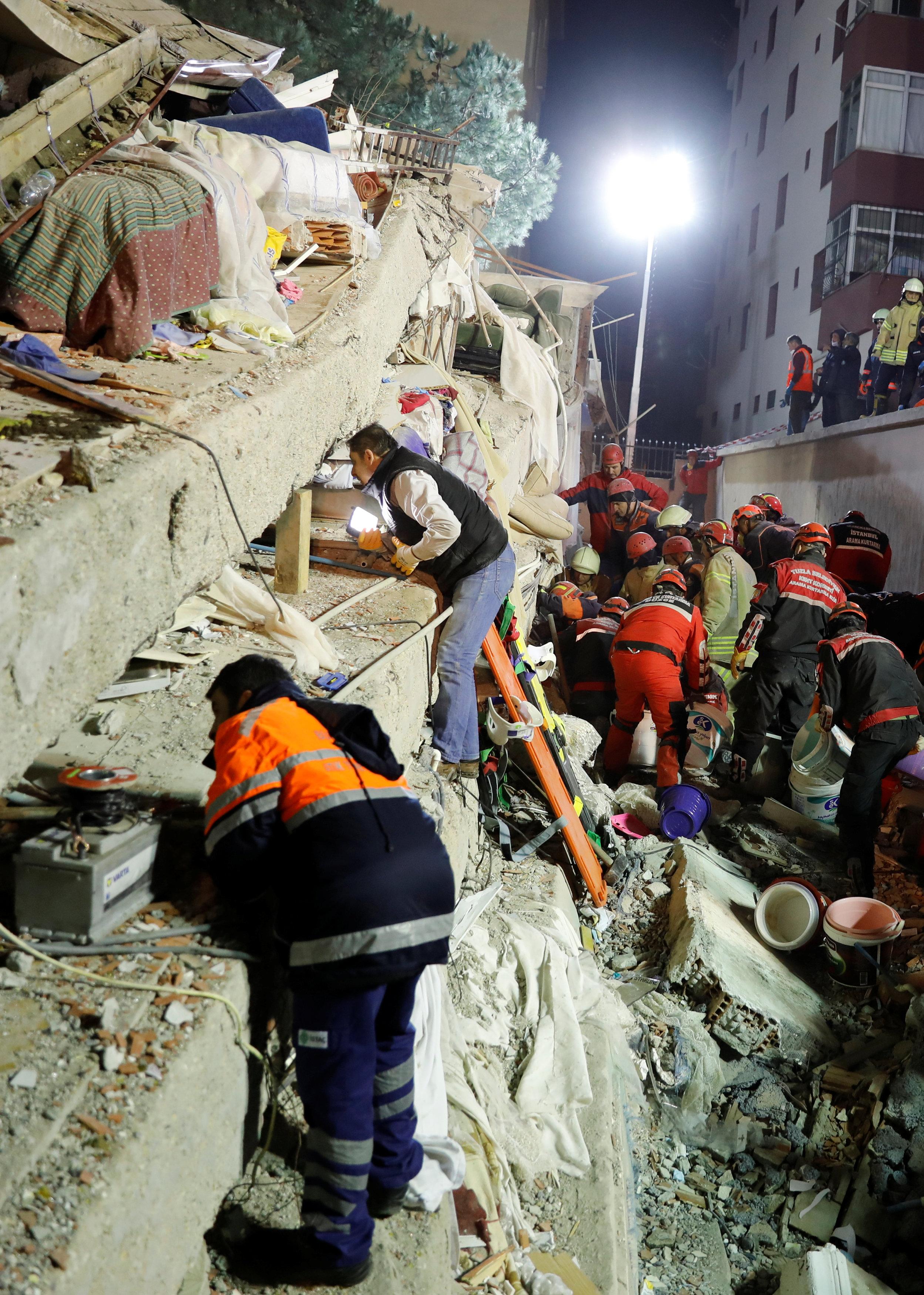 انهيار مبنى سكنى باسطنبول التركية (6)