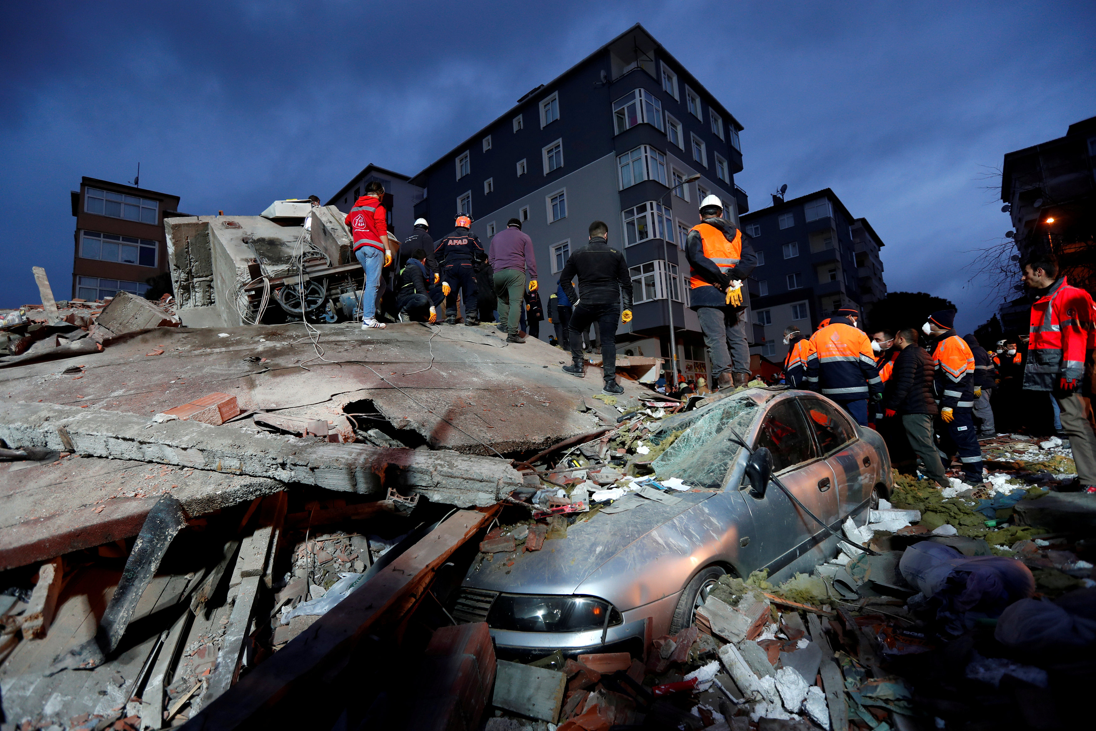 انهيار مبنى سكنى باسطنبول التركية (1)