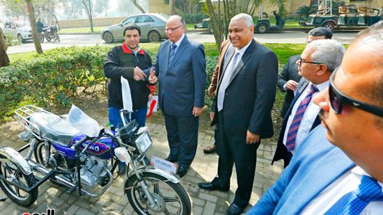 محافظ القاهرة يوزع دراجات بخارية على المعاقين بحديقة الأزهر (3)