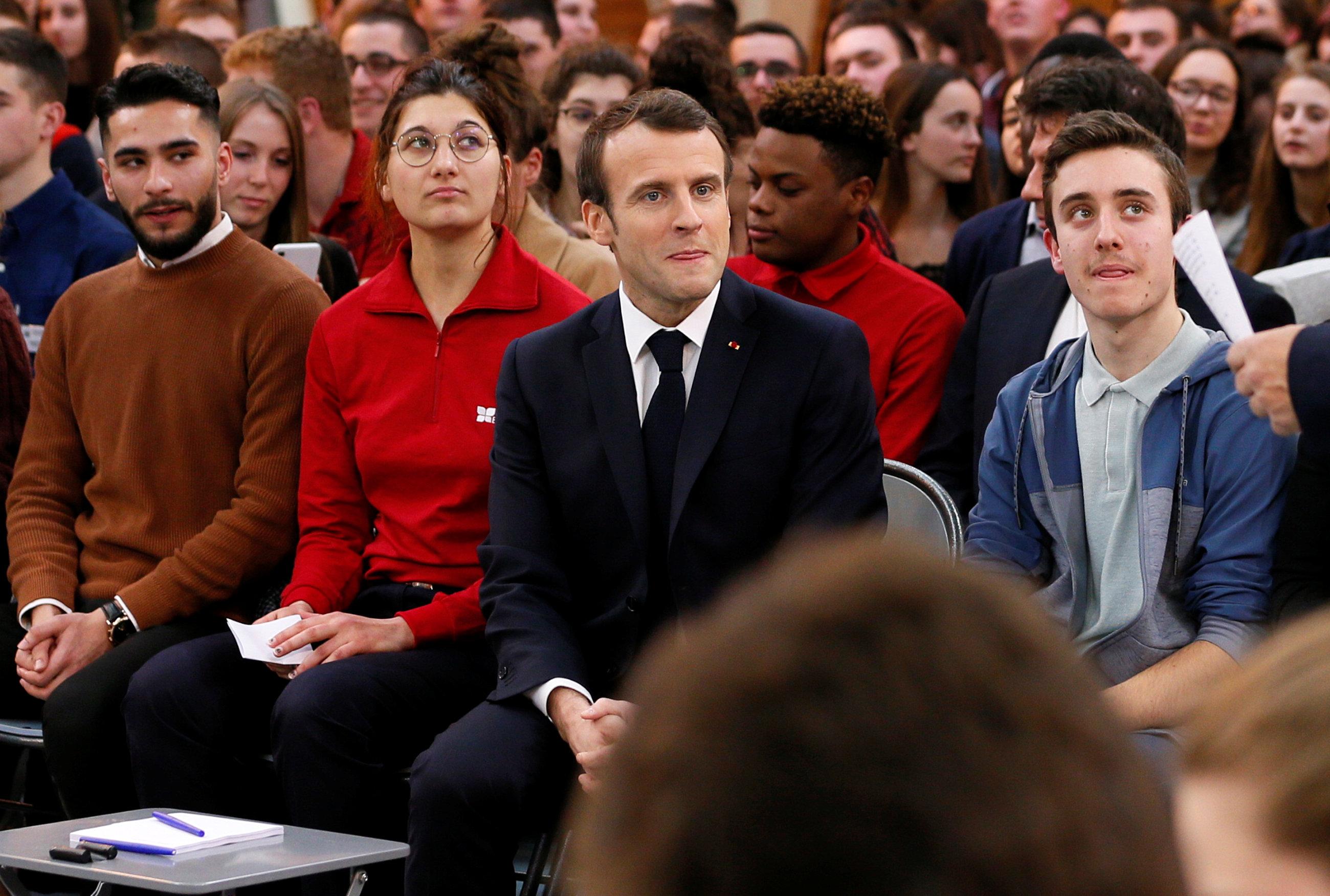 الرئيس ماكرون يتوسط عددا من الشباب