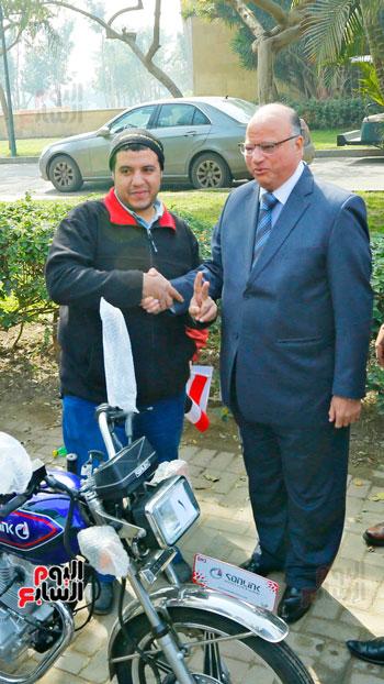 محافظ القاهرة يوزع دراجات بخارية على المعاقين بحديقة الأزهر (4)