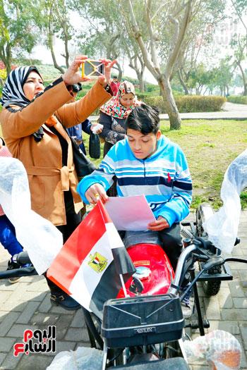 محافظ القاهرة يوزع دراجات بخارية على المعاقين بحديقة الأزهر (5)