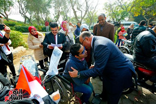 محافظ القاهرة يوزع دراجات بخارية على المعاقين بحديقة الأزهر (8)