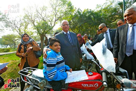 محافظ القاهرة يوزع دراجات بخارية على المعاقين بحديقة الأزهر (7)