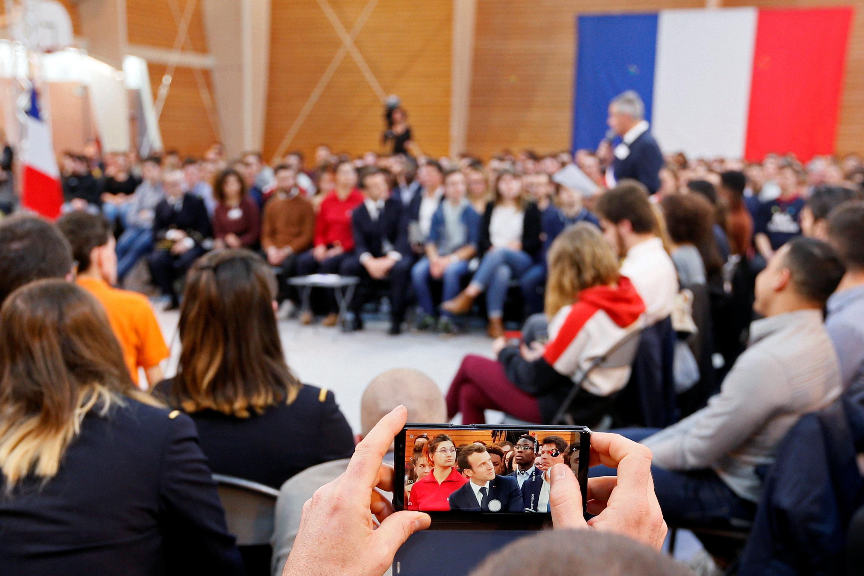 أحد الحضور يلتقط الصور للرئيس أثناء اللقاء