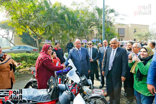 محافظ القاهرة يوزع دراجات بخارية على المعاقين بحديقة الأزهر (6)
