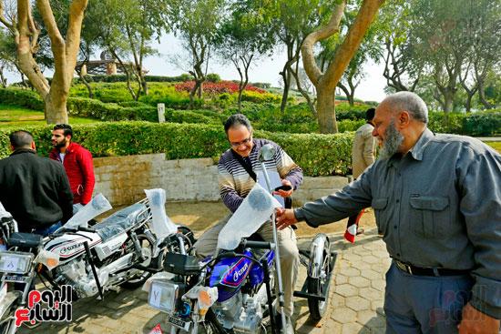 محافظ القاهرة يوزع دراجات بخارية على المعاقين بحديقة الأزهر (34)