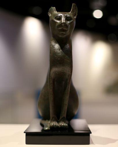 تمثال برونزى لقطة يعود لما قبل الميلاد