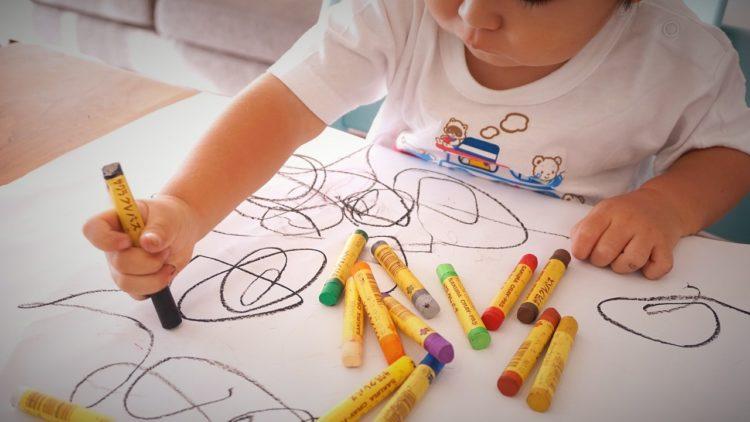 لعب الاطفال بالالوان
