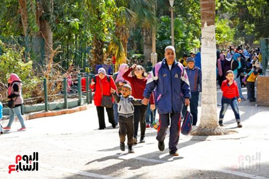 الأسر تودع الإجازة وتستعد للدراسة.. إقبال كثيف على حديقة الحيوان (16)