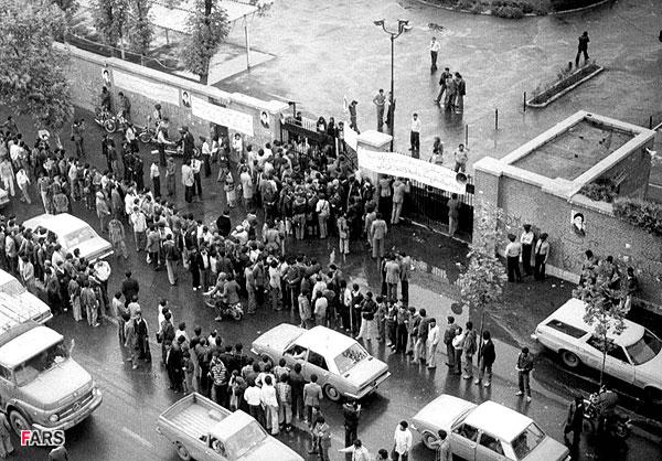 مظاهرات أمام السفارة الامريكة بطهران
