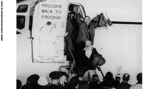 الرهائن الأمريكيون لدى مغاردتهم الطائرة التى أقلتهم من إيران بعد الإفراج عنهم، يناير 1981