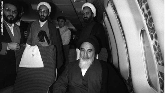 الخمينى على متن الطائرة التى عاد بها من منفاه فى فرنسا إلى طهران مطلع فبراير 1979