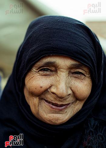 ابتسامة على وجه سيدة عجوز