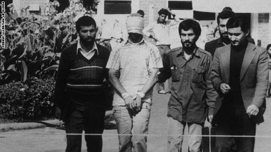 أحد الرهائن الأمريكيين فى السفارة بطهران يعرض من قبل محتجزيه الإيرانيين أمام الكاميرا