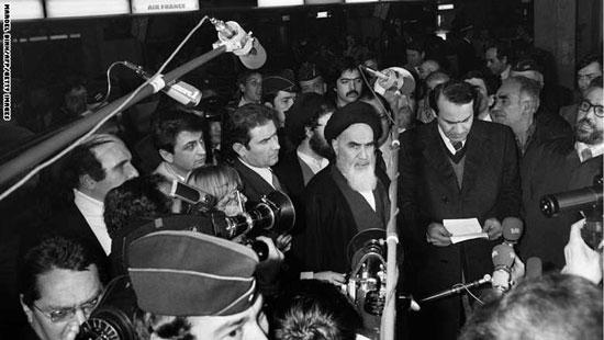 زعيم المعارضة الإيرانية آية الله الخمينى يدلى بتصريح فى مطار رويزى قرب باريس قبيل مغادرته إلى بلاده بعد نجاح الثورة فى الإطاحة بشاه إيران 31 يناير 1979