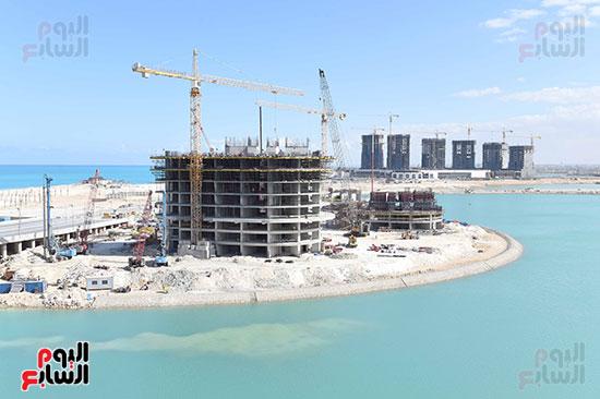 رئيس الوزراء يتفقد المشروعات التنموية بمدينة العلمين الجديدة (11)