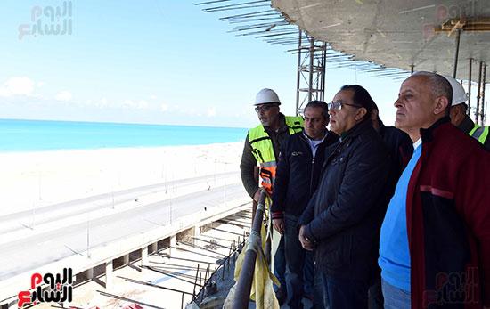 رئيس الوزراء يتفقد المشروعات التنموية بمدينة العلمين الجديدة (6)