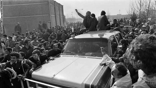 موكب زعيم المعارضة الإمام الخمينى يخترق الحشود فى وسط طهران بعد عودته من المنفى 1 فبراير1979