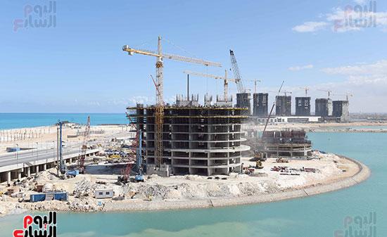 رئيس الوزراء يتفقد المشروعات التنموية بمدينة العلمين الجديدة (12)