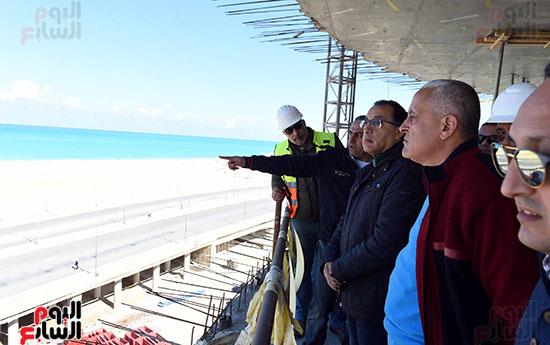 رئيس الوزراء يتفقد المشروعات التنموية بمدينة العلمين الجديدة (5)