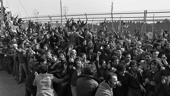 مئات الآلاف من الإيرانيين احتشدوا فى شوارع طهران لتحية الإمام الخمينى بدى عودته إلى البلاد، 1 فبراير 1979