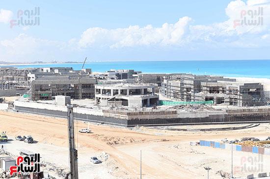 رئيس الوزراء يتفقد المشروعات التنموية بمدينة العلمين الجديدة (7)
