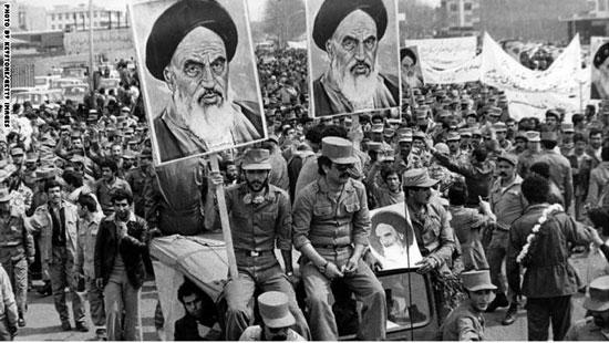 6مئات الآلاف من الإيرانيين احتشدوا فى شوارع طهران لتحية الإمام الخمينى بدى عودته إلى البلاد، 1 فبراير 1979