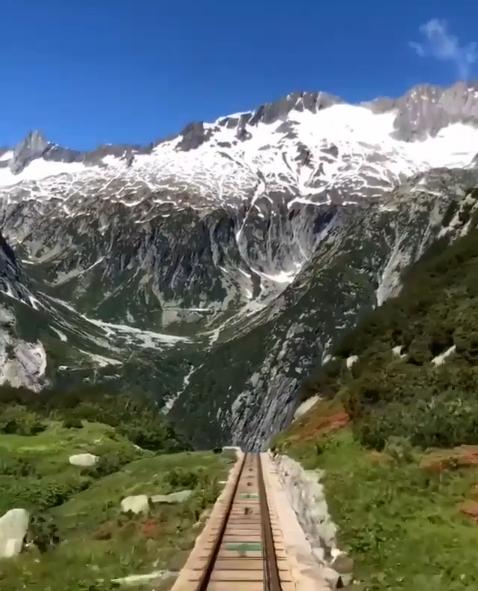 القطار الجبلى المعلق فى سويسرا