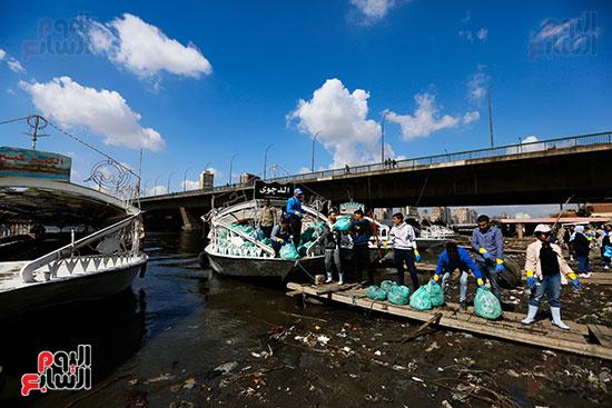 وزيرة البيئة تطلق حملة لتنظيف نهر النيل من المخلفات خاصة البلاستيكية (90)