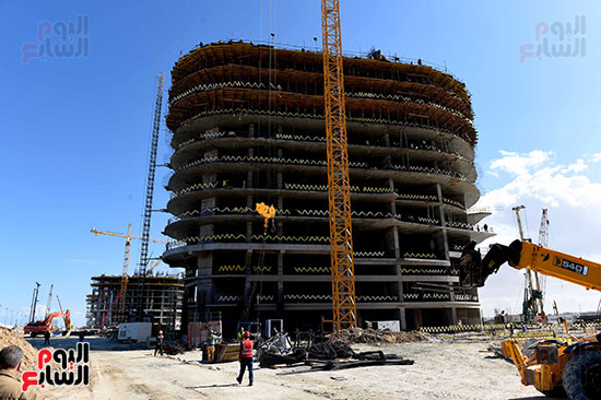 رئيس الوزراء يتفقد المشروعات التنموية بمدينة العلمين الجديدة (1)