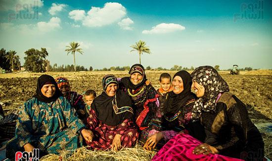 السعادة على وجوه أسرة مصرية فى الريف