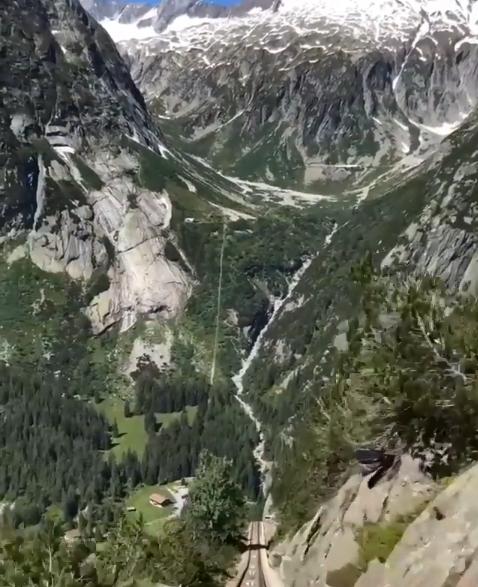 رحلة بالقطار المعلق بين جبال سويسرا